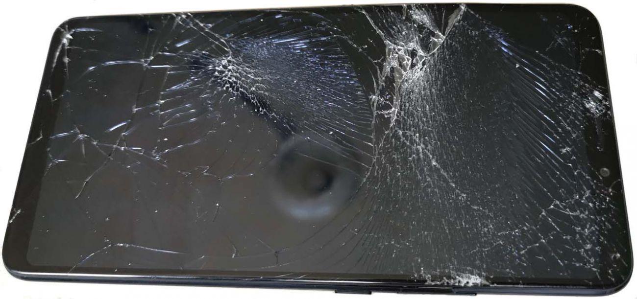 Чаще всего при падении повреждается экран смартфона. Но выйти из строя могут и внутренние детали. Без их замены в СЦ запустить телефон не получится.